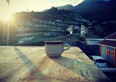 Menikmati pagi dengan secangkir kopi racikan khas Sekar Tanjung Homestay