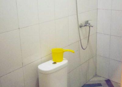 Kamar mandi Sekar Tanjung Homestay yang dilengkapi dengan air panas