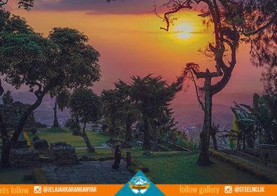 Pemandangan matahari tenggelam dari puncak Candi Sukuh