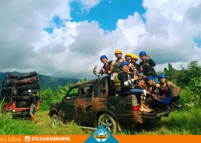 Penjemputan menggunakan mobil di akhir perjalanan River Tubbing