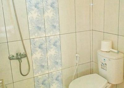 Kamar mandi dalam Homestay Karismaya