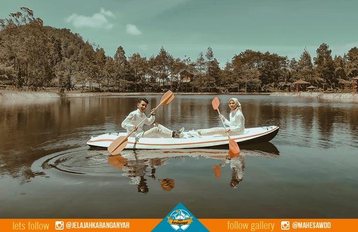 Pengunjung bisa menikmati perahu di tengah Telaga Madirda.